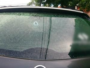 Carro do jovem foi atingido por tiro e polícia suspeita que tenha sido disparado por policial (Foto: Rodrigo Grando/ TV Morena)