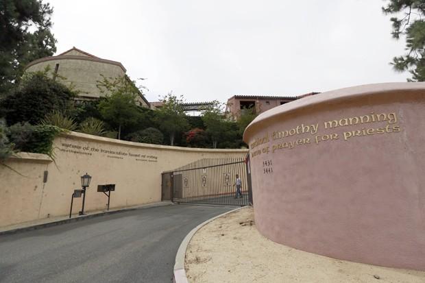 Entrada do convento que Katy Perry quer transformar em sua mansão em Los Angeles (Foto: AP/Nick Ut)