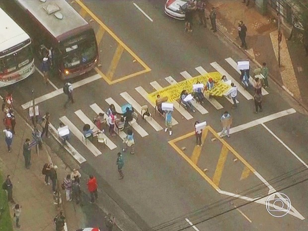 Ato de alunos na Giovanni Gronchi em São Paulo (Foto: Reprodução/TV Globo)