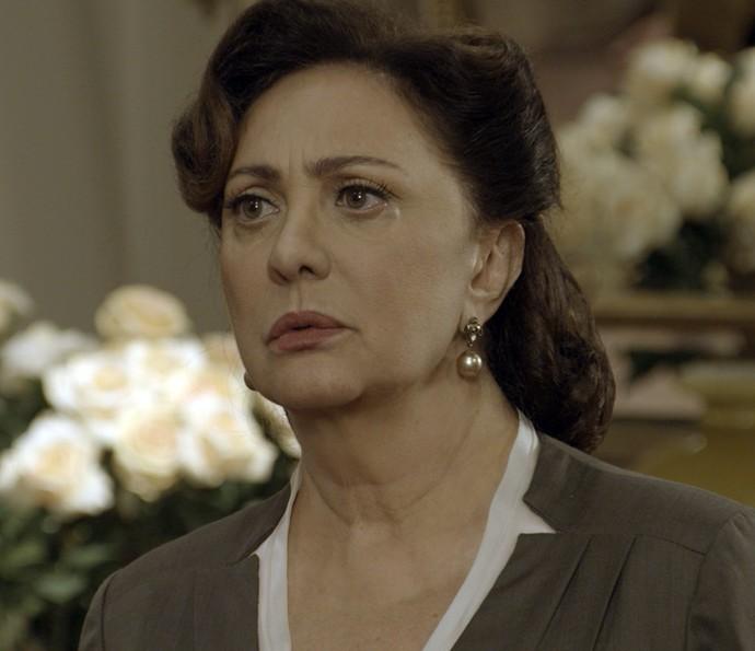 Anastácia fica perplexa ao saber que terá de deixar a mansão (Foto: TV Globo)