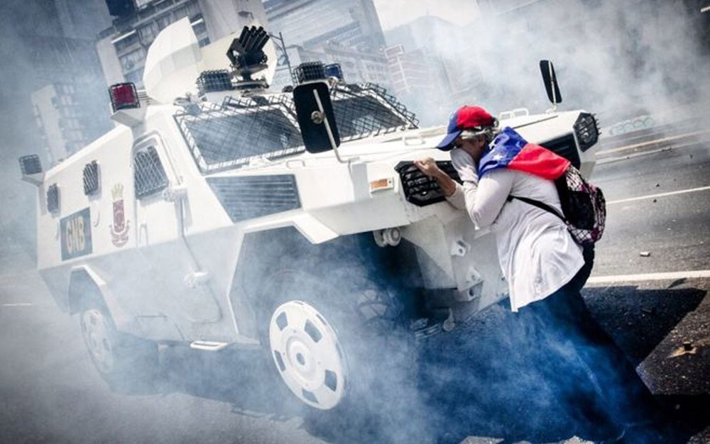 Mulher desconhecida ficou em frente a tanque durante manifestação em Caracas (Foto: Leo Álvarez)