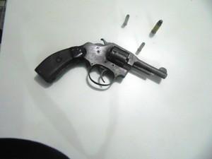 Com o menor foi apreendido o revólver em péssimo estado de conservação e munição (Foto: Divulgação/PM-TO)