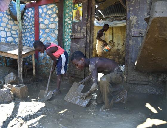 No sábado (8), morador de Jerémié tenta retirar a lama que tomou sua casa depois da passagem do Furacão Matthew pelo Haiti. A cidade foi um das mais afetadas pela destruição da tempestade. (Foto: AFP)