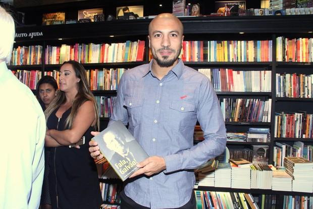 Ex-BBB Fernando no lançamento da biografia de Galvão Bueno no Rio (Foto: Thyago Andrade/Fotorio News)