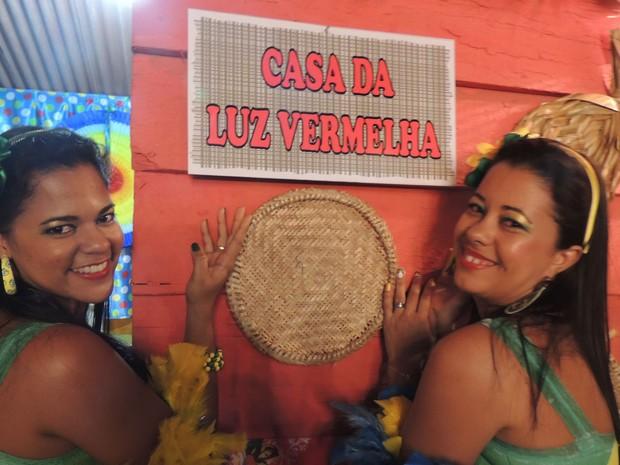 Michele Cavalcanti (à direita) interpreta uma das prostitutas há 13 anos, desde o início do evento.  (Foto: Luna Markman / G1)
