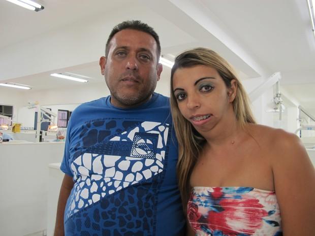 Luciene e o marido após uma consulta odontológica (Foto: Mariane Rossi/G1)