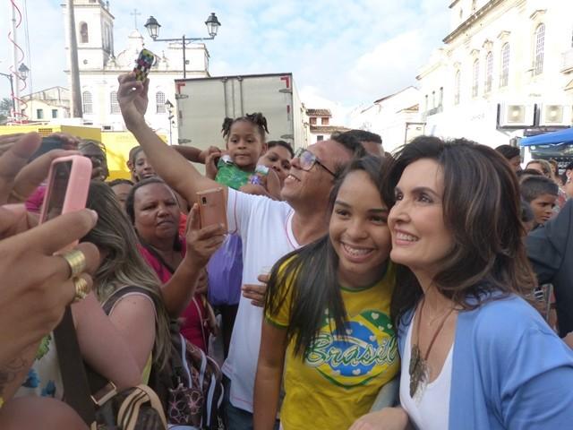 Fátima faz selfie com fã em Salvador (Foto: Encontro com Fátima Bernardes/TV Globo)