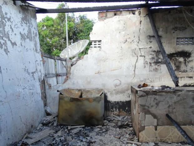 Incêndio atingiu bar na cidade de Feira de Santana, na Bahia (Foto: Ney Silva/Acorda Cidade)