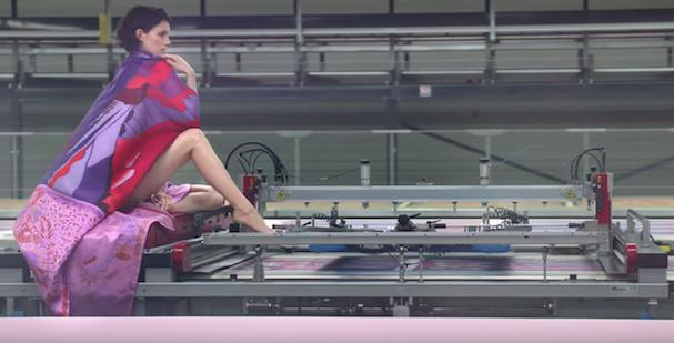 Imagem do vídeo da Hermès sobre a fábrica de lenços de seda (Foto: Reprodução/Youtube)