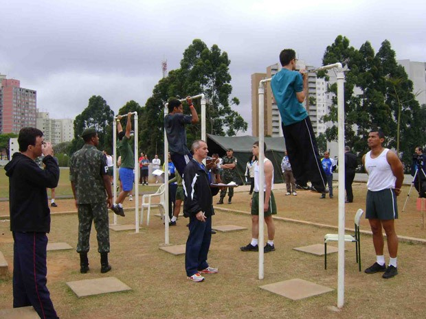 Candidatos fazem prova de barra no 8º Batalhão de Polícia do Exército, em São Paulo  (Foto: Adriana Manfredini/Correios)