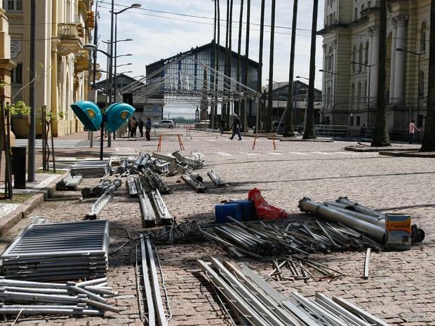Estrutura da Feira do Livro é montada no Centro de Porto Alegre (Foto: Betina Carcuchinski/PMPA)