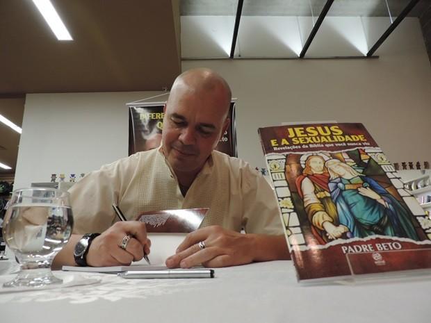 Padre Beto lançou livro em Bauru no último dia 9 (Foto: Alan Schneider/G1)