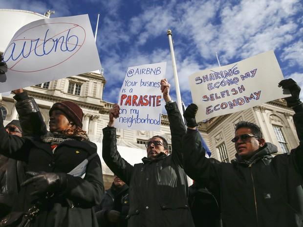 Opositores do AirBnb protestam em frente à prefeitura de Nova York, nesta quinta-feira (20) (Foto: Reuters/Shannon Stapleton/File Photo)