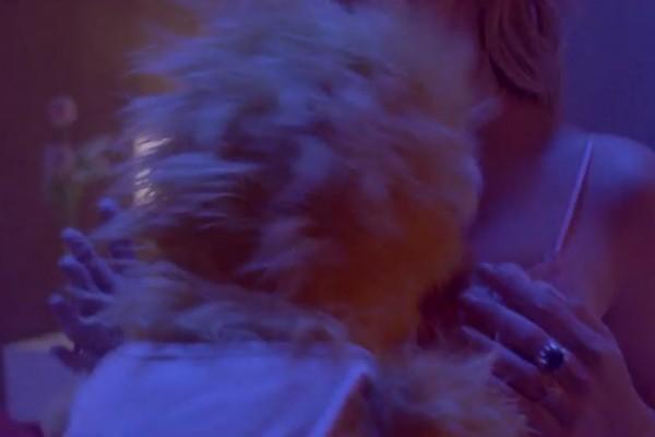 A cantora Tove Lo no clipe polêmico em que faz sexo com um fantoche (Foto: Reprodução)