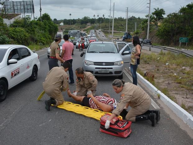 Tráfego de veículos ficou lento por cerca de uma hora e só foi normalizado após o resgate da vítima (Foto: Walter Paparazzo/G1)