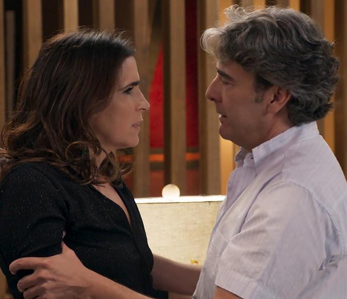 Rebeca fica mexida com a declaração de Aparício, seu amor do passado (Foto: TV Globo)