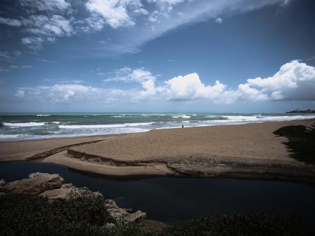 Na Cruz das Almas, outro ponto joga água de esgoto no mar (Foto: Jonathan Lins/G1)