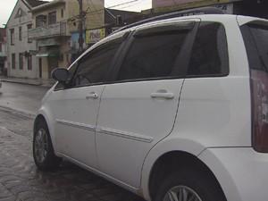 Carro utilizado pelo ex-pm que aplicava os golpes (Foto: Reprodução/TV Tribuna)