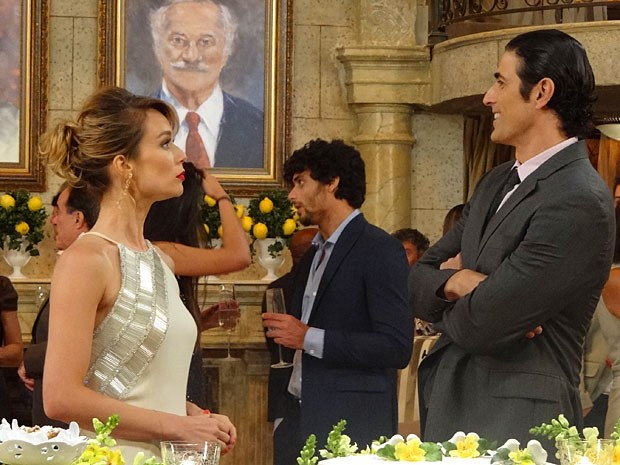 Ju não gosta da atitude de Nando (Foto: Guerra dos Sexos / TV Globo)