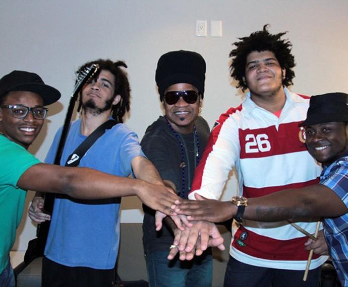 Carlinhos Brown se une aos filhos até na hora de fazer música (Foto: Arquivo Pessoal)