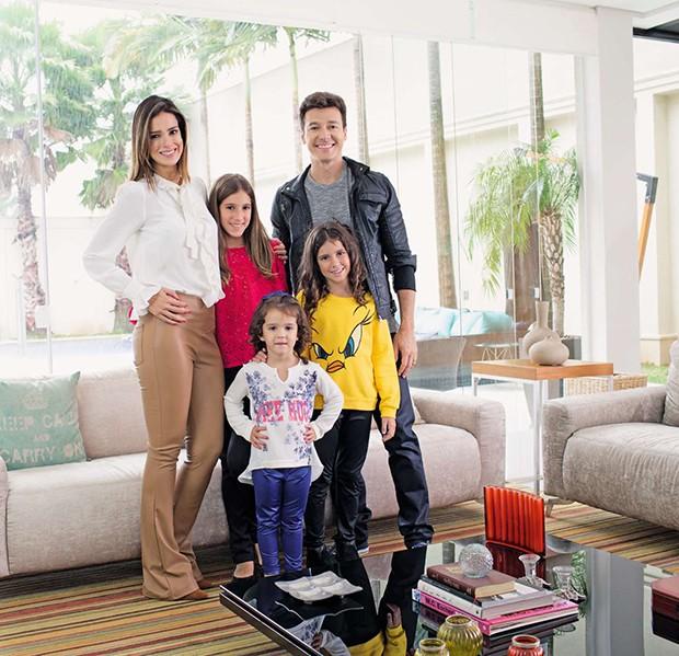 A família na sala de estar da casa (Foto: A família na sala de estar da casa)
