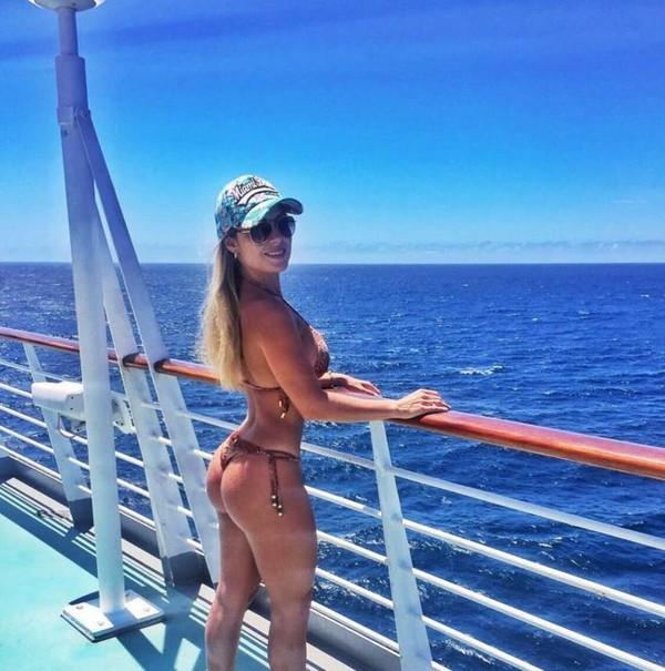 Ex-BBB Renatinha exibe boa forma em foto de biquíni na web