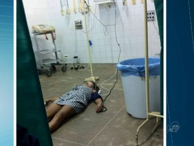 Paciente é atendida no chão do hospital IJF (Foto: TV Verdes Mares/Reprodução)