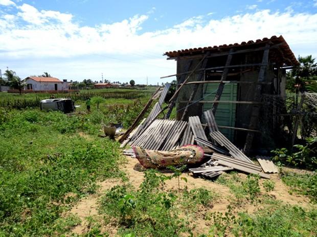 Barraca foi destruída e vítima arremessada violentamente (Foto: Daniel Santos/Proparnaíba)