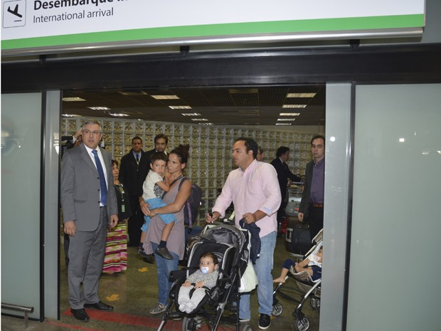 O ministro da Saúde, Alexandre Padilha, recebe médicos estrangeiros no aeroporto de Brasília (Foto: Valter Campanato / Agência Brasil)