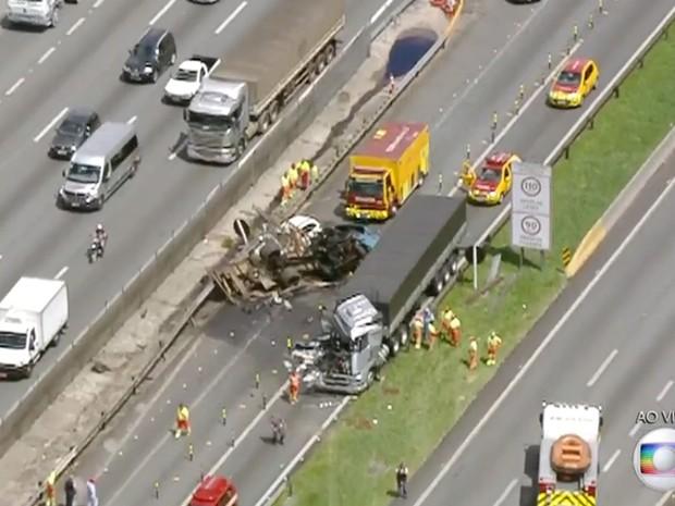 Acidente envolvendo dois caminhões e um táxi na Rodovia Dutra (Foto: TV Globo/Reprodução)