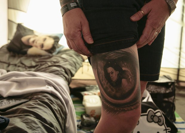 Daphne Underwood exibe tatuagem da personagem 'Bela' na perna. (Foto: Jason Redmond/Reuters)