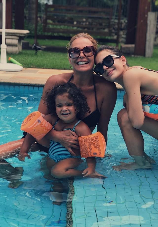 Carolina Ferraz e filhas na piscina (Foto: Reprodução/Instagram)