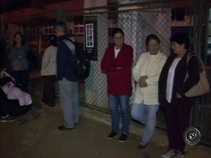 No UBS do Jardim Mesquita moradores também esperam na madrugada (Foto: Reprodução/ TV TEM)