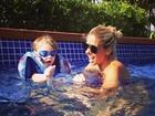 Adriane Galisteu e Vittorio curtem dia na piscina