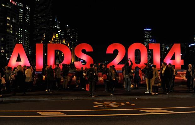 Pessoas se reúnem em Melbourne, na Austrália, nesta sexta-feira (18), perto de local onde ocorrerá a 20ª Conferência Internacional de Aids depois da notícia de que pesquisadores a caminho do evento estavam no voo MH17 (Foto: AFP Photo)