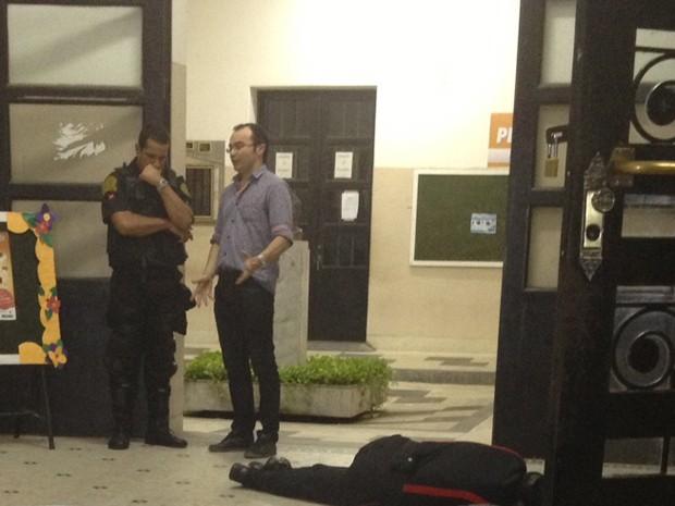 Vigilante foi assassinado com pelo menos três tiros dentro do hall de entrada do Lyceu Paraibano (Foto: Walter Paparazzo/G1)