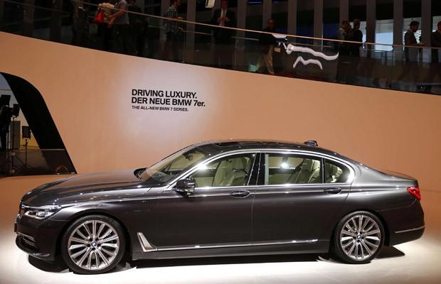 BMW Série 7 no Salão de Frankfurt (Foto: Kai Pfaffenbach/Reuters)