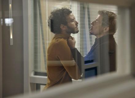 Elio briga com Tião e rouba seu celular