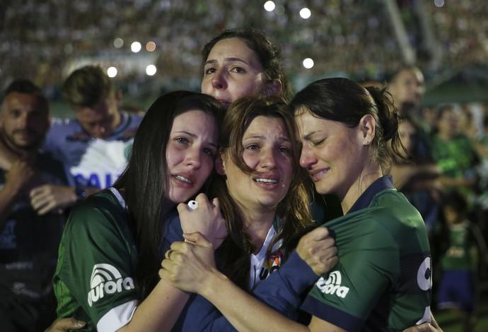 Parentes jogadores Chapecoense Arena Condá (Foto: AP Photo/Andre Penner)