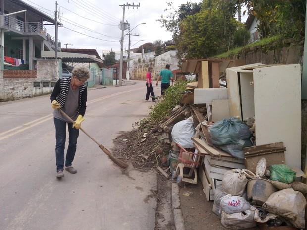 Moradores realizam limpeza das ruas em Rio do Sul (Foto: Luiz Souza/RBS TV)