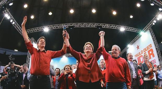 E O MENSALÃO? Haddad, favorito em São Paulo, com Dilma e Lula em comício. O eleitor separa  o desempenho de governo dos episódios de corrupção  (Foto: Ricardo Stuckert/Instituo Lula)