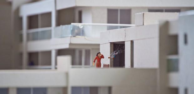 'Atormentada pelos barulhos íntimos do casal do 301', obra que integra a exposição 'Situações Brasília' (Foto: Carol de Góes / Reprodução)