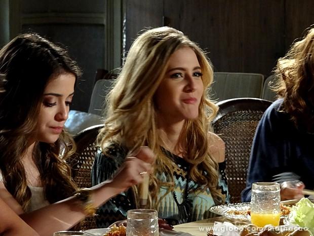 Sofia tenta chamar a atenção de Ben o tempo todo (Foto: Malhação / TV Globo)