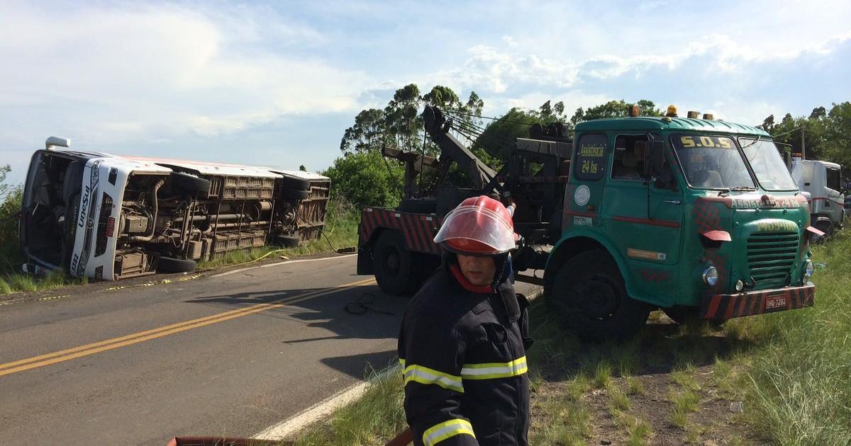 Vítimas de acidente com ônibus que tombou no RS são identificadas - Globo.com