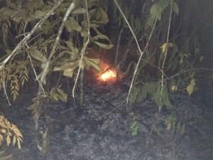 Foco de incêndio localizado embaixo no fio rompido que continua a soltar faíscas (Foto: Ivanete Damasceno/G1)