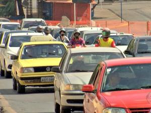 Trânsito ficou lento em avenida por conta de interdição (Foto: Reprodução/TVCA)