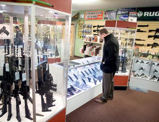 Americano olha armas em uma loja no Missouri (Foto: Scott Olson/Getty Images/AFP)