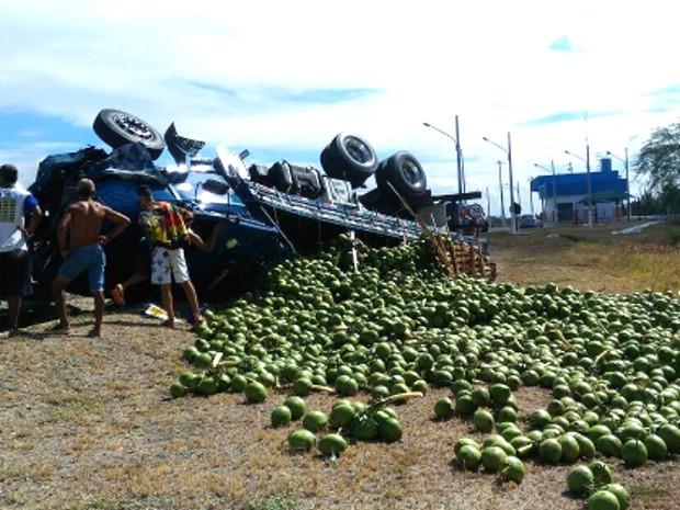 Carga de coco ficou espalhada pela rodovia (Foto: Blog do Marcos Frahm)