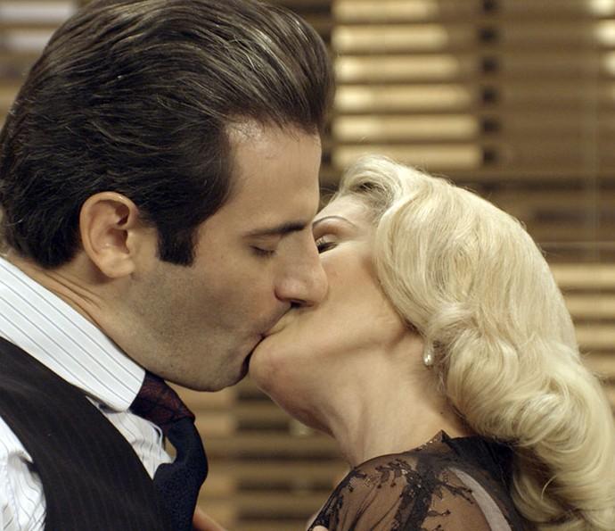 Sandra seduz Araújo e eles se beijam (Foto: TV Globo)
