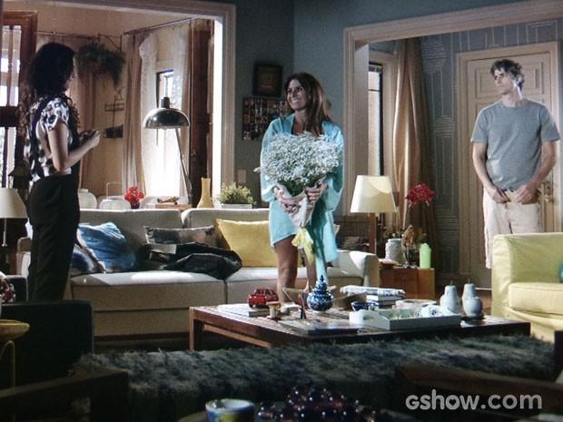 Cadu chega bem na hora que Clara está na maior intimidade com Marina e não gosta (Foto: Em Família/TV Globo)